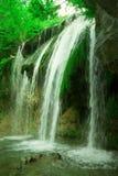 La belle cascade à écriture ligne par ligne Djur Djur dans la forêt Photos stock