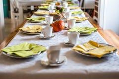La belle chute jaune colorée de fête de table de dîner helloween des plats et des cuillères de soucoupes en tasses de café de déc Photo libre de droits