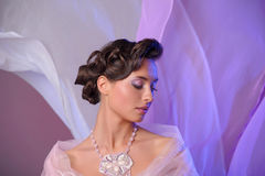 la belle coiffure mignonne verrouille le mariage modèle de profil de verticale Photo stock