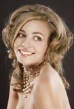 La belle coupe de cheveux tout à fait élégante de jeune femme et se bronzent images stock
