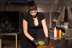 La belle cuisinière de fille prépare l'hamburger de cuisine Photos libres de droits