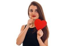 La belle dame élégante de brune célèbrent le jour de valentines de saint avec le coeur rouge d'isolement sur le fond blanc Images stock