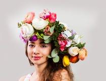 La belle dame avec la floraison fleurit sur sa tête image libre de droits