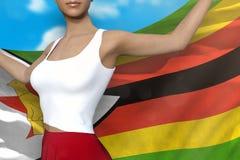 La belle dame dans la jupe lumineuse tient le drapeau du Zimbabwe dans des mains derrière son dos sur le fond de ciel nuageux - l illustration libre de droits