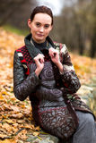 La belle dame dans le manteau coloré pose en automne images libres de droits