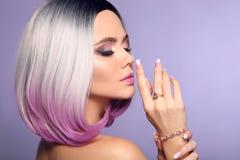 La belle dame pr?sente l'ensemble de bijoux d'anneau et de bracelet d'am?thyste Le portrait de femme avec l'ombre pendillent coif images libres de droits
