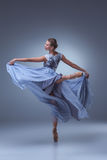 La belle danse de ballerine dans la longue robe bleue photo stock