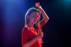 La belle danse de fille au champagne potable de partie Image libre de droits