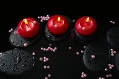 La belle de station thermale toujours vie des bougies, pierres de zen avec des baisses Images stock