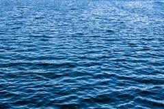 La belle eau bleue d'un lac Images libres de droits