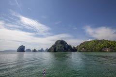 La belle eau clair comme de l'eau de roche à la baie de Pileh près de Phuket, Thaïlande photographie stock libre de droits