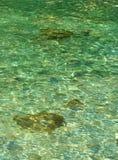 La belle eau claire d'océan de turquoise Photo stock