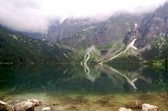 La belle eau claire dans un lac de montagne Images libres de droits