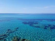 La belle eau d'espace libre de turquoise d'une mer Méditerranée Photos stock