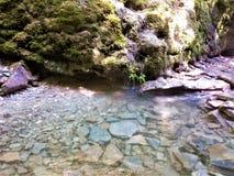 La belle eau dans les montagnes images libres de droits