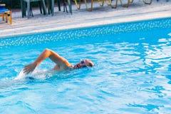 la belle eau de sport de personne de saut photographie stock libre de droits