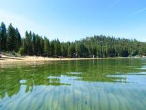 La belle eau du lac Tahoe, Sierra Nevada Image stock