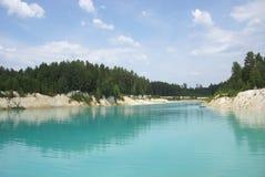 La belle eau et arbres verts autour Photo stock