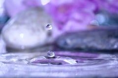 La belle eau fraîche de baisse en nature fraîche photographie stock libre de droits