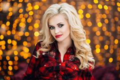 La belle et élégante femme caucasienne enceinte dans le T-shirt et des blues-jean avec les cheveux blonds tient son ventre, éléga Photos libres de droits