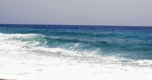La belle et captivante mer ondule se briser vidéo des milieux 4k de nature de vacances de plage sur de sable de plage de mouvemen banque de vidéos