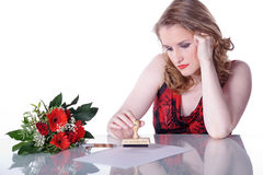 La belle femme écrit la lettre Photographie stock