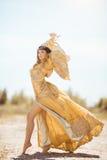 La belle femme aiment la Reine égyptienne Cléopâtre dessus dans le désert extérieure Photo libre de droits