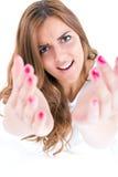 La belle femme appelant venue ici et étirent des mains Image stock