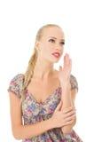 La belle femme appelle Photo d'une jeune fille heureuse sur un fond blanc d'isolement Images stock