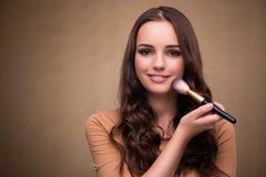 La belle femme appliquant le maquillage dans le concept de beauté Photos stock