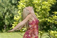 La belle femme apprécie la nature Photo libre de droits