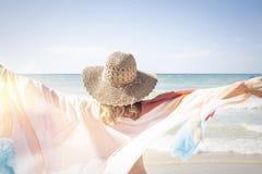 La belle femme apprécie la plage Photo libre de droits