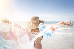 La belle femme apprécie la plage Photographie stock