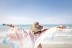 La belle femme apprécie la plage Photos stock