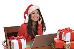 La belle femme asiatique fait des emplettes en ligne pour Noël images libres de droits