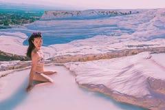 La belle femme asiatique non identifiée pose pour un appareil-photo aux piscines de travertin de château de coton de Pamukkale Photographie stock