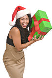 La belle femme asiatique retient un cadeau de Noël photographie stock