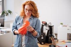 La belle femme attirante tenant un 3d a imprimé le vase Image libre de droits