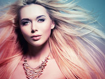 La belle femme avec de longs cheveux blancs dans la teinture colorize le style Photographie stock