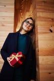la belle femme avec des verres a préparé un cadeau pour son anniversaire de mère Image stock