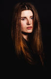 La belle femme avec la longue coiffure pose au studio image libre de droits