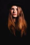 La belle femme avec la longue coiffure pose au studio Photos stock