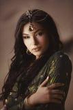 La belle femme avec le maquillage de mode et la coiffure aiment princesse égyptienne Cleopatra dehors contre le désert Photos libres de droits
