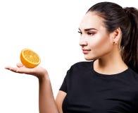 La belle femme avec le vitiligo recommande le traitement orange de fruit photos libres de droits