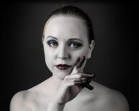 La belle femme avec les yeux fumeux lumineux préparent, peau et doigt noirs et blancs dans la peinture photo stock