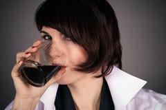 La belle femme boit photos libres de droits