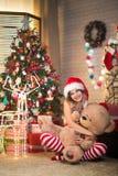 La belle femme célèbre Noël à la maison dans l'esprit intérieur image stock