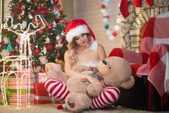 La belle femme célèbre Noël à la maison dans l'esprit intérieur images libres de droits