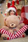 La belle femme célèbre Noël à la maison dans l'esprit intérieur image libre de droits