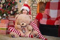 La belle femme célèbre Noël à la maison dans l'esprit intérieur photos libres de droits